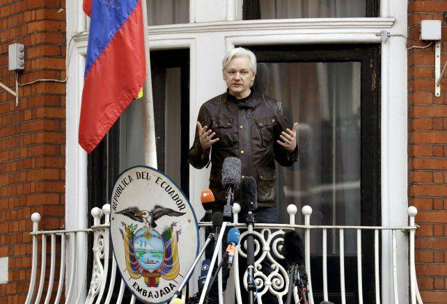 Alivio. La policía británica podría arrestar a Assange si deja la embajada.