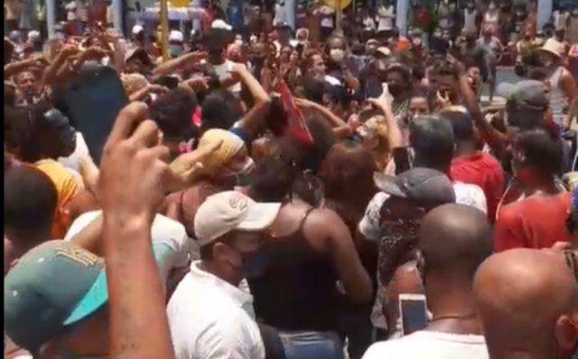 Una foto casera tomada con celular de una de las varias marchas masivas del domingo 11 de julio.