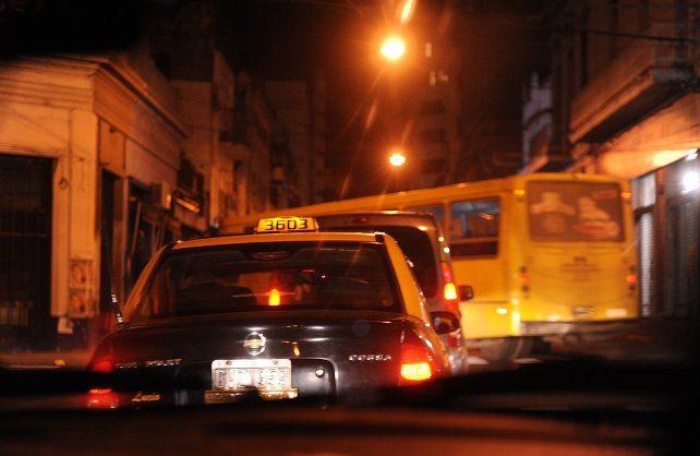 El mercado laboral de los taxistas se achica y eso afecta a los rosarinos que carecen de vehículo propio y necesitan desplazarse de noche.