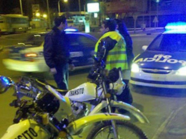 En Tucumán al 2300 el conductor de la moto perdió el control y tras caer los tres comenzaron a correr aunque uno de ellos fue alcanzado y detenido. (Foto archivo)