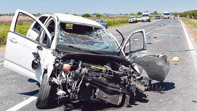 Destrozado. Así quedó el vehículo en el que viajaban los heridos. La víctima fatal salió despedida.