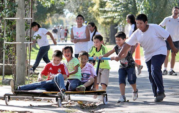 A jugar. Un grupo de chicos disfruta de la propuesta en la plaza Itatí.