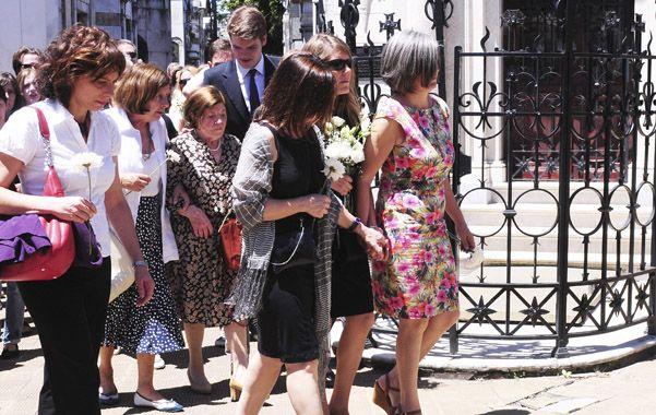 Familiares cercanos despidieron los restos de Lola Chomnalez al mediodía del sábado en el cementerio porteño.