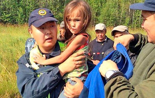 Milagro. Karina Chikitova en brazos del poblador que la encontró en el campo.