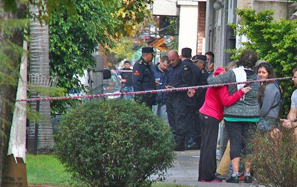 Desenlace. Vecinas y familiares se abrazan cerca del predio y del inmueble donde se halló el cadáver.