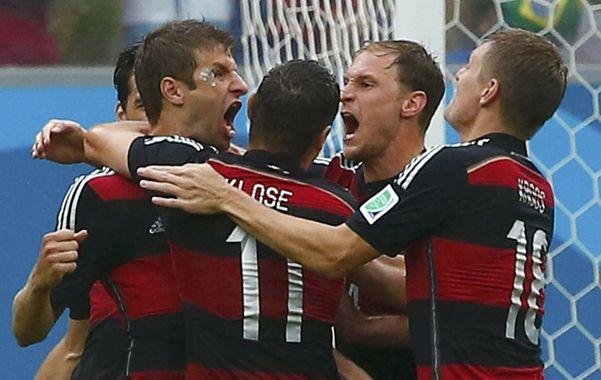 ¿Alguna duda de que Alemania quería ganarlo? Müller festeja con Klose y compañía el 1-0.