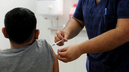 Las fake news sobre la pandemia y el proceso de vacunación son analizados por la serie en formato de podcast.