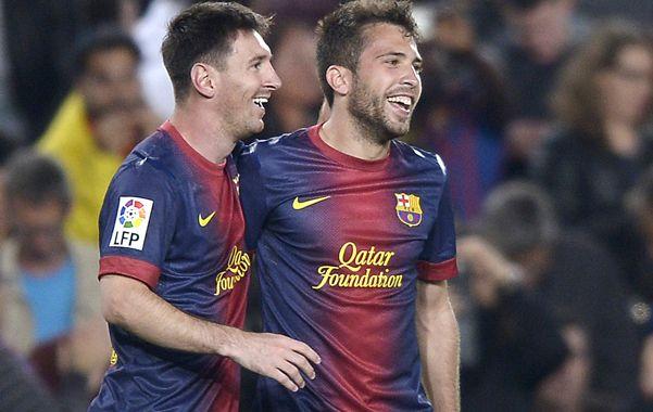 Siempre está. Messi festeja junto a Jordi Alba uno de los goles de Barcelona.