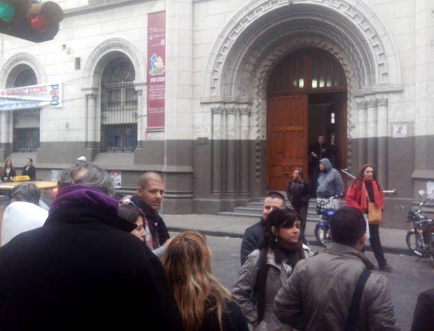 Por la amenaza de bomba estudiantes y trabajadores de la facultad debieron salir a la calle. (Foto: S. Suárez Meccia)