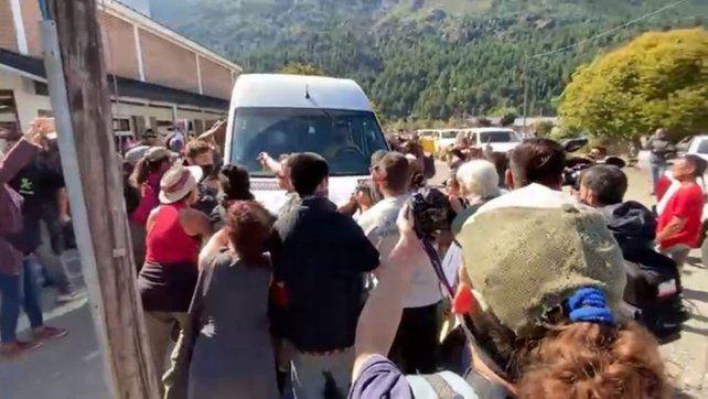 La camioneta en la que viajaba la comitiva presidencial fue agredida por manifestantes al arribar a Chubut.