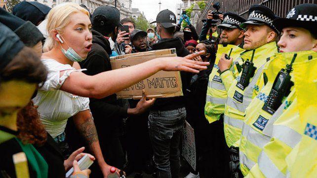 ira. Un cordón policial en Londres frente a los manifestantes.