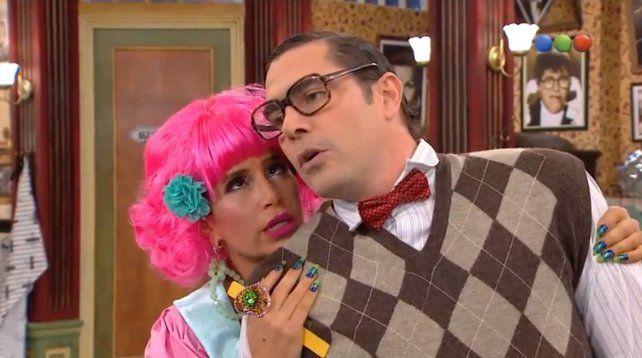 Matías Alé actuando con Flor Peña en La peluquería de Don Mateo