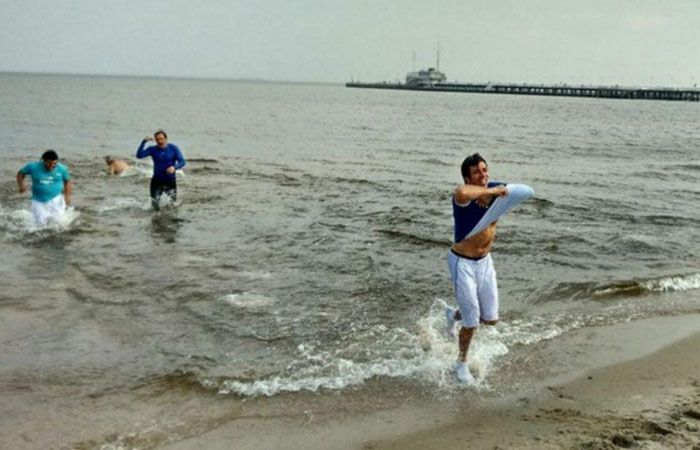Los argentinos hicieron de tripas corazón y se metieron al mar desafiando los cinco grados de temperatura en Gdansk.