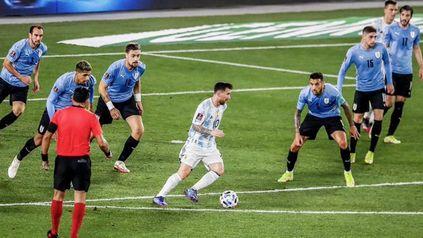 En esta imagen se ven seis, pero son siete los futbolistas uruguayos que rodean a Messi en la jugada.