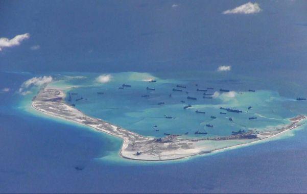 Activismo naval. Una flotilla de naves militares chinas fotografiada por un avión de EEUU en las islas Spratly.