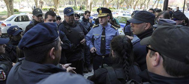 El jefe de la policía local Walter Miranda dialogó con los agentes en la puerta de Gobernación. (Foto: A. Amaya)
