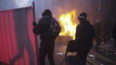 ola de protestas en 90 ciudades de francia contra macron