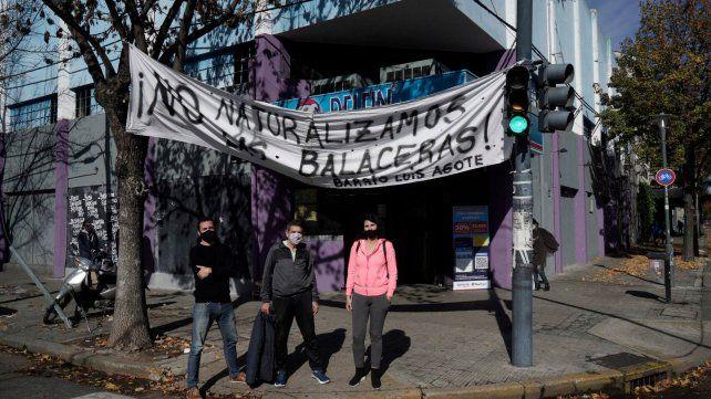 Integrantes de la vecinal de barrio Agote colgaron un pasacalle ante la reiteración de ataques a tiros a comercios.