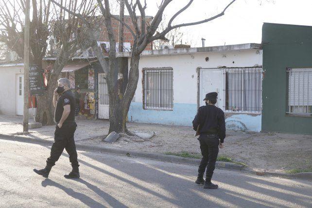 Los primeros policías en llegar al lugar donde mataron a Cachete buscan rastros del ataque.