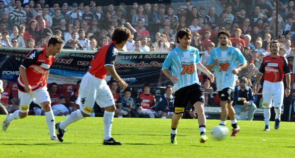 Con goles de Messi, la gente disfrutó en el Coloso y colaboró en la jornada solidaria