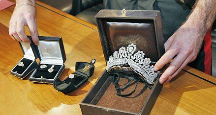Recuperan en Milán joyas robadas que habrían sido de Eva Perón