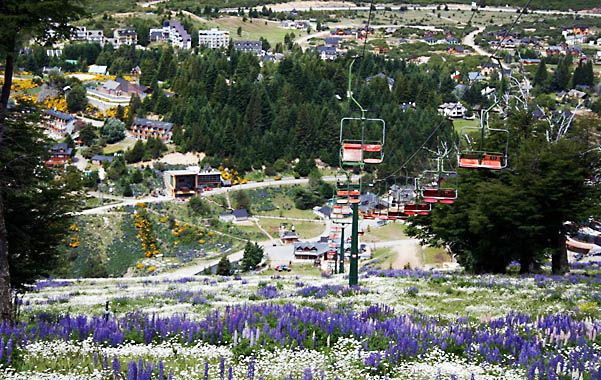 Postal. El centro de esquí Cerro Catedral recobró su vegetación luego de la lluvia de cenizas de 2011.