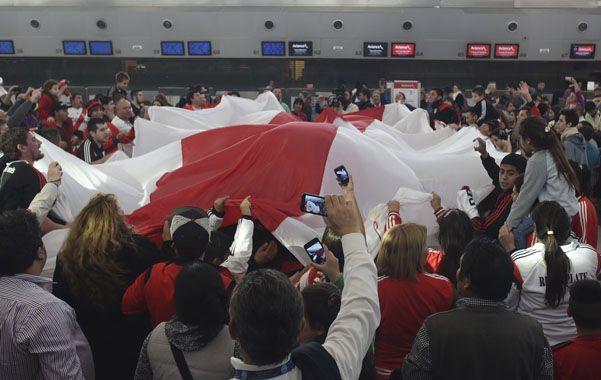 Un centenar. Varios hinchas de River se acercaron al aeropuerto internacional de Ezeiza para despedir al plantel campeón de América.