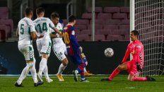 Rodeado de rivales, Lionel Messi la toca suave al fondo de la red marcando el segundo blaugrana tras gran jugada del neerlandés De Jong.