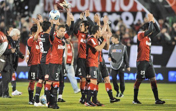 Los jugadores de Newells saludan a su público. El equipo quiere seguir prendido arriba. (Foto: H. Río)