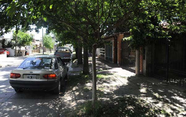 En la vereda. Raúl y su esposa fueron abordados frente a su casa de Zuviría al 200 apenas llegaban en su moto.
