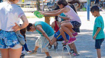 Los nenes y nenas del barrio participaron de talleres, juegos y espacios musicales y de expresión artística. El carnaval se realiza cada año en homenaje al nacimiento de Claudio Lepratti.