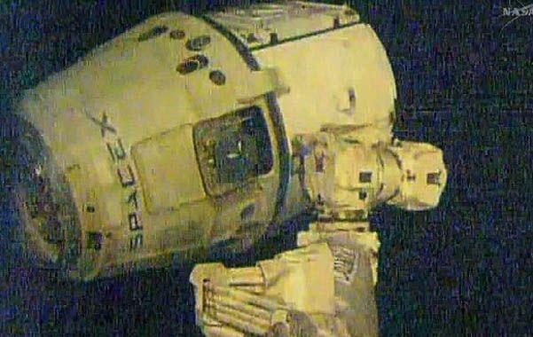 Vuelo exitoso. La nave Dragon acoplada a la estación espacial.