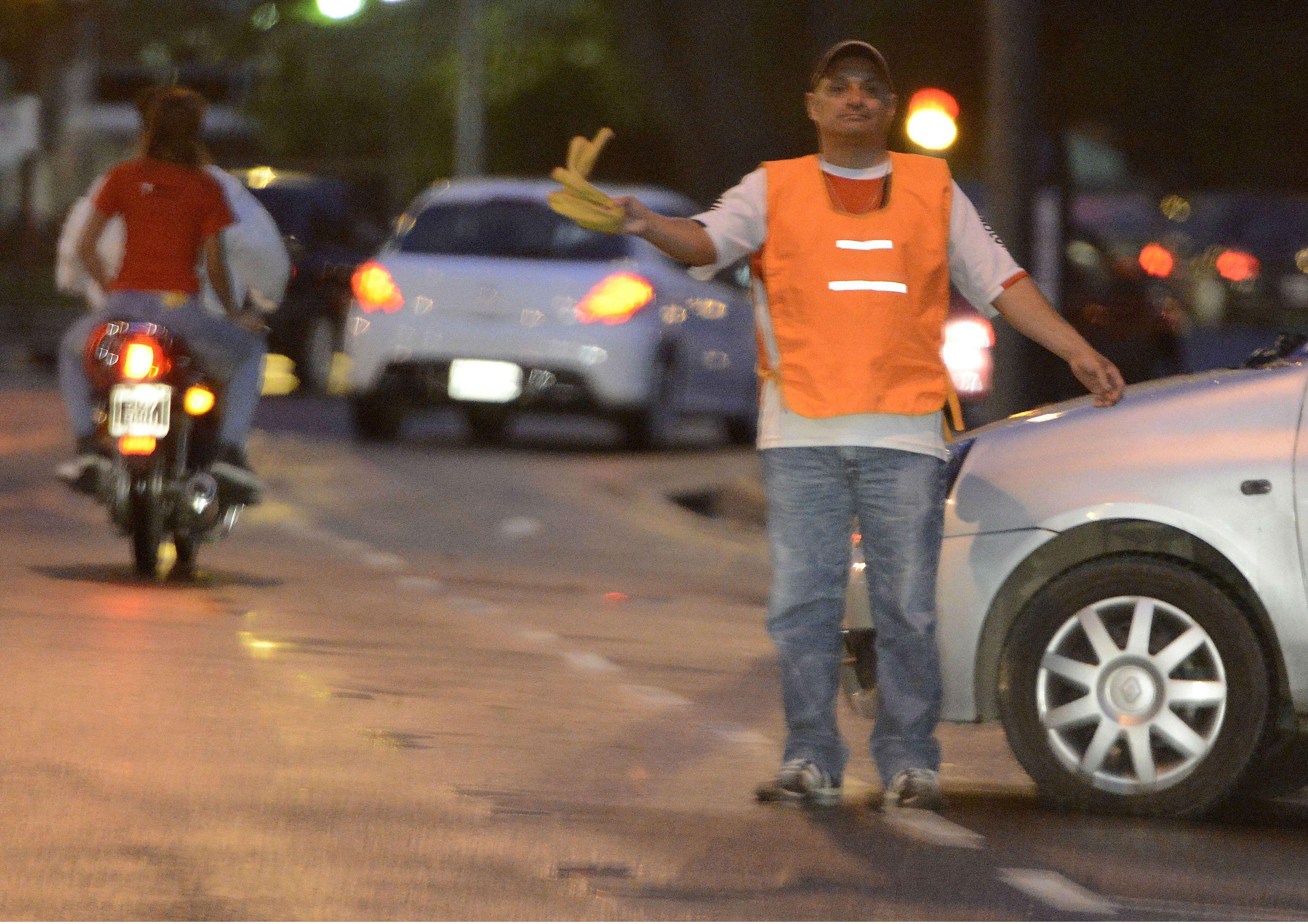 Los automovilistas se quejan del maltrato al que son sometidos por los cuidacoches cuando estacionan sus vehículos.