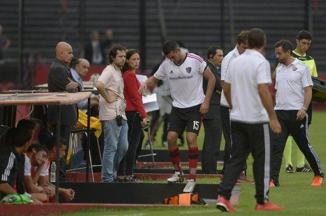 Dolor y afuera. El uruguayo se lesionó sobre el final del primer tiempo el sábado frente a Colón.