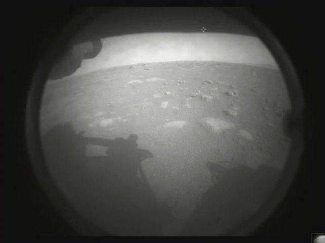 La primera imagen transmitida por el rover Perseverance desde Marte.