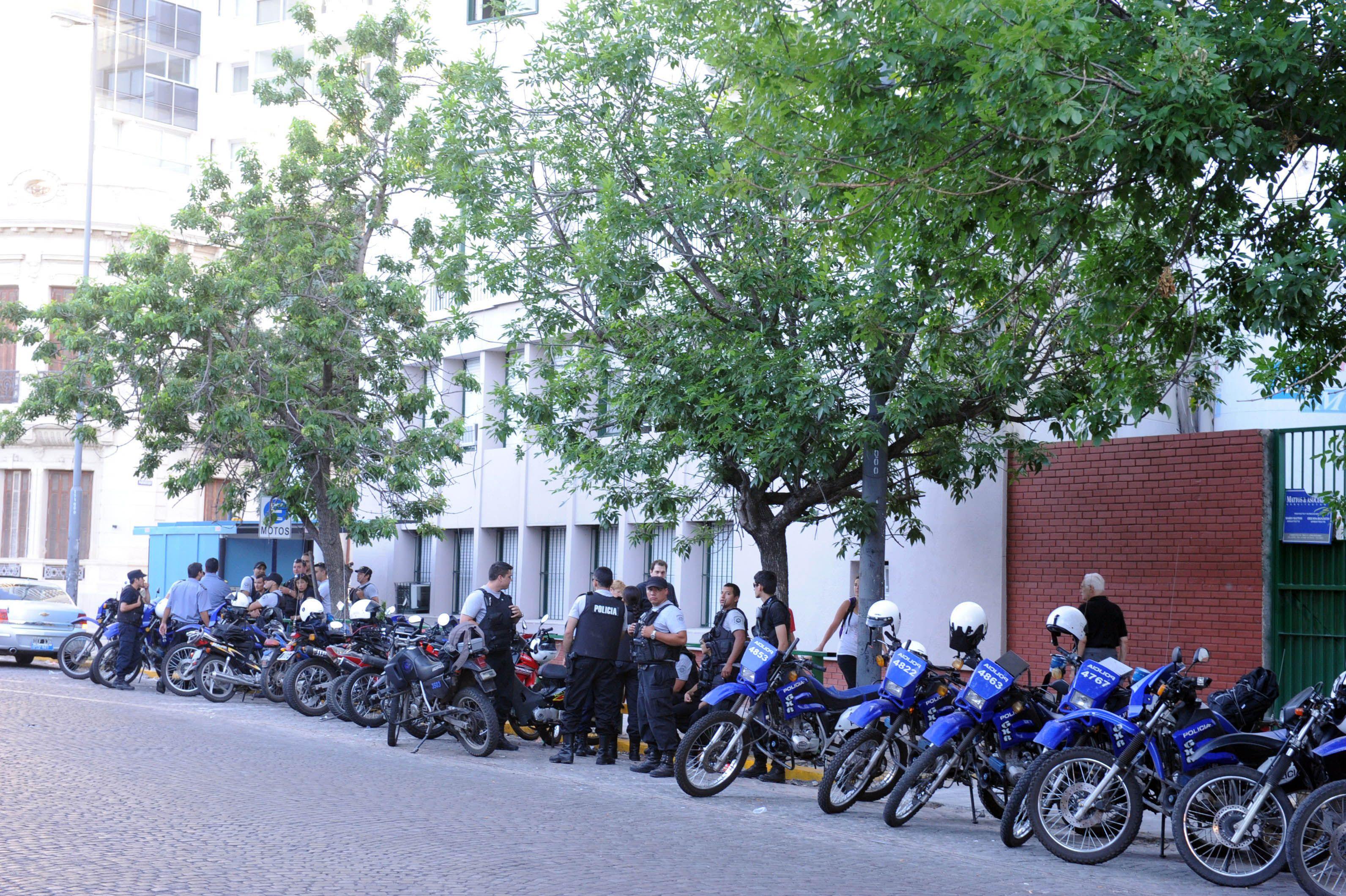 Los compañeros del policía accidentado acompañaron a los familiares y plantearon demandas. (Foto: G. de los Ríos)