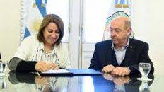 Fein firma el convenio con el ministro de Desarrollo Social de Santa Fe, Jorge Alvarez.