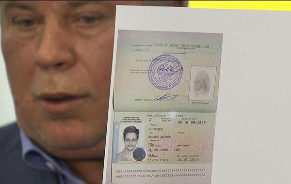 El abogado Anatoly Kucherena muestra el documento provisional del ex agente norteamericano.