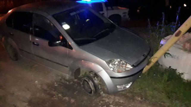 El vehículo que se habría utilizado en el crimen apareció sin una rueda.