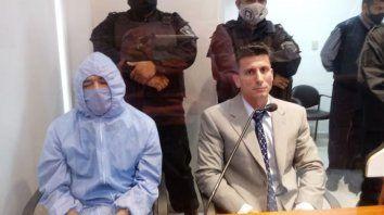 Orlando Fabián Bejarano con traje anti-COVID19, sentado junto al defensor público Orlando Toniolo, al escuchar la condena del tribunal de primera instancia. Fue el 29 de marzo de 2021.