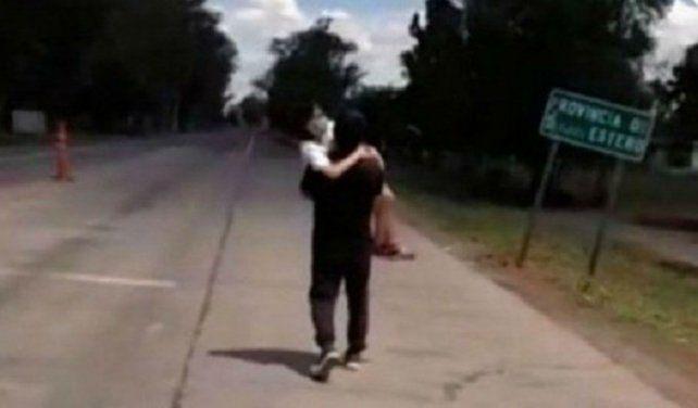 Santiago del Estero: no lo dejaron entrar a la provincia y caminó 5 kilómetros con su hija en brazos