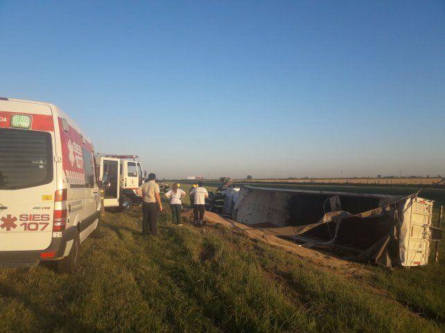 Volcó un camión en la autopista Rosario-Córdoba y perdió toda la carga