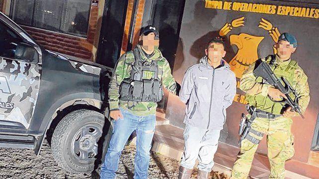 fin de juego. Facundo Lapo A. tras ser detenido por la TOE. Le incautaron un DNI trucho y cuatro caballos.