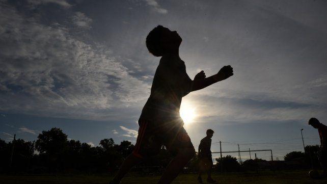 Demencial. Las balas perdidas en campos de deportes barriales se repiten y provocan tragedias.