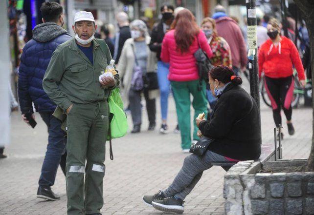 Una imagen muy habitual en las calles de Rosario: el incorrecto uso del barbijo.