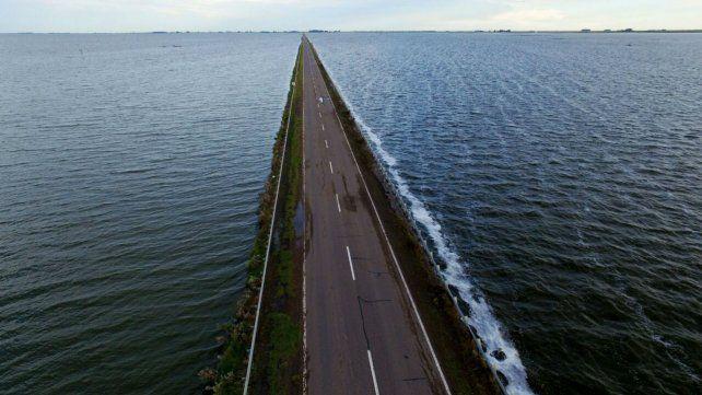La ruta nacional 7 sufre los embates de la laguna.