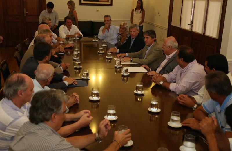 Firma del Acuerdo. El gobernador y representantes del Comité de Cuencas rubricaron el pronto inicio de obras.