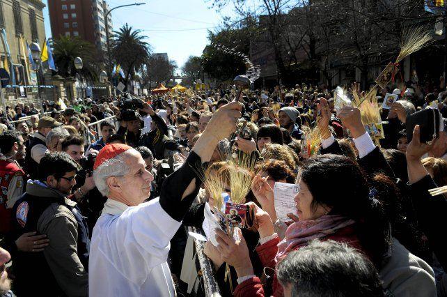 en liniers. El arzobispo Mario Poli celebró la misa en la puerta del templo