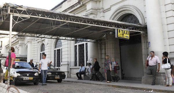 Denuncian a un taxi trucho que circulaba sin habilitación