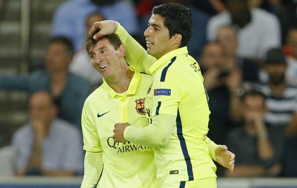 Festejo latinoamericano. Messi y Luis Suárez celebran la victoria de los catalanes en el Parque de los Príncipes.